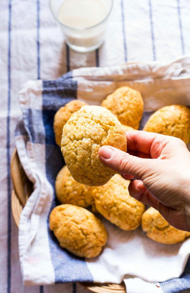 Milk Cookies (biscottoni)-cookie in my hand