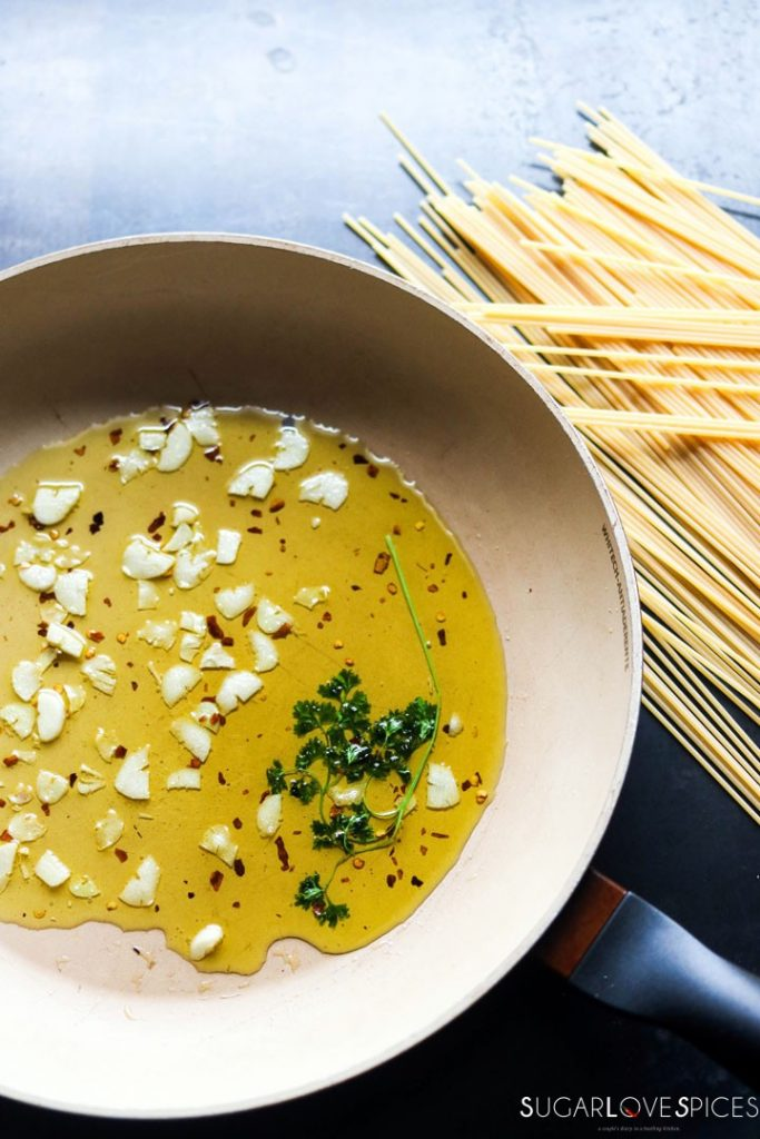 spaghetti aglio olio-pan-garlic-oil