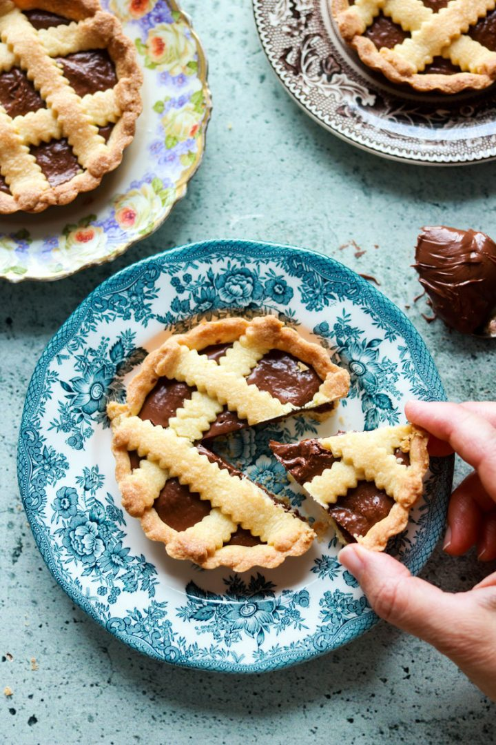 crostatine alla nutella-in the plates one cut hand on