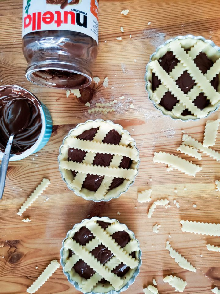 crostatine alla nutella-ready in the pans with nutella jar