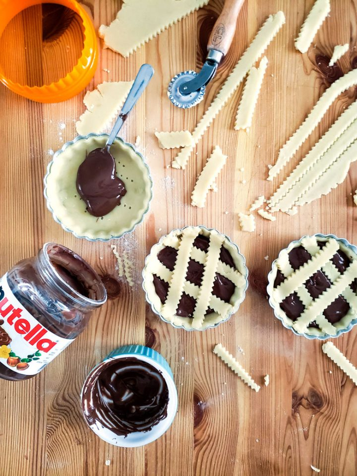 crostatine alla nutella-some ready in the pans-some with filling