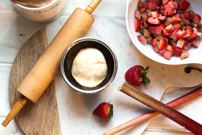 Strawberry Rhubarb Crumble Pie