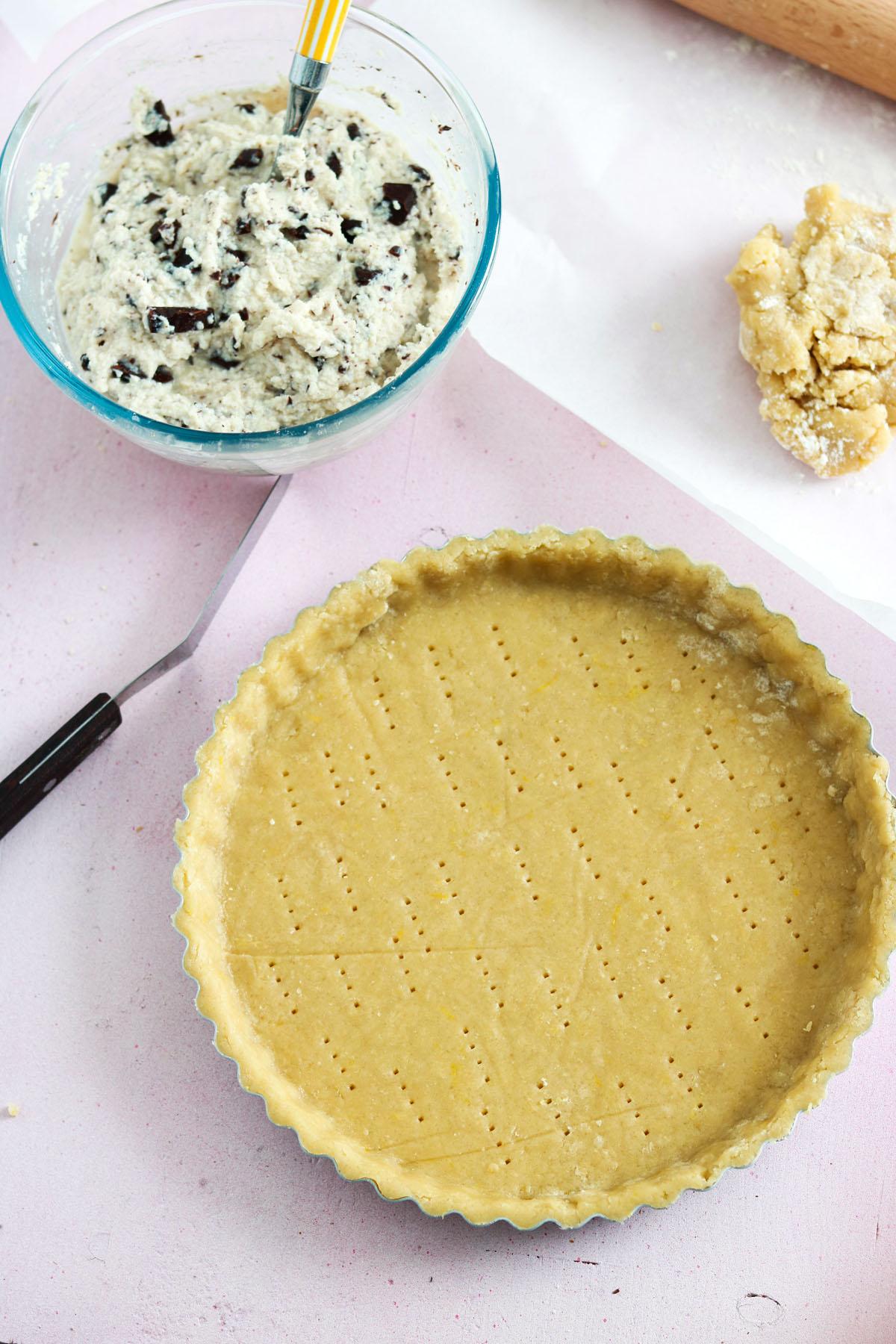 Crostata ricotta e cioccolato-crust in the pan-filling on the side