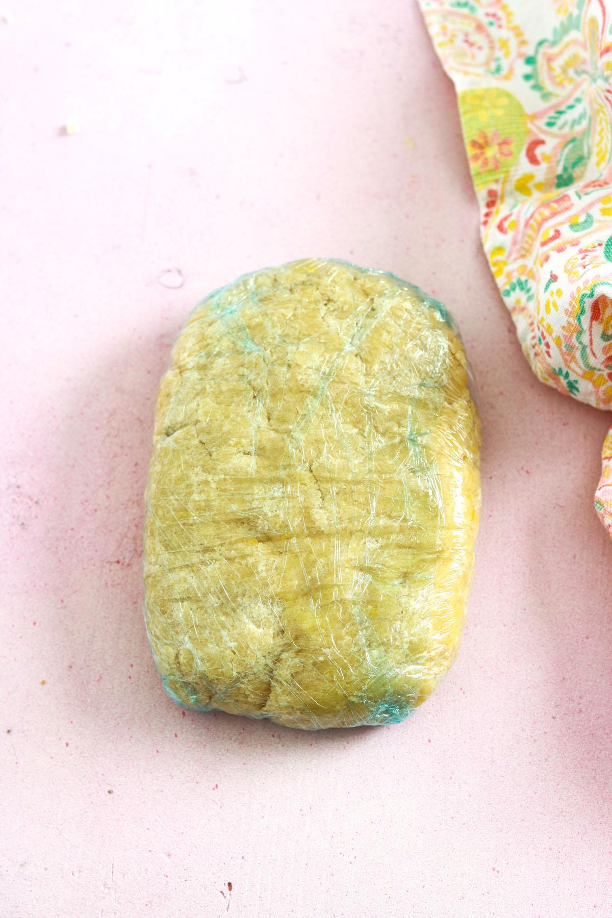 Crostata ricotta e cioccolato-dough wrapped in plastic