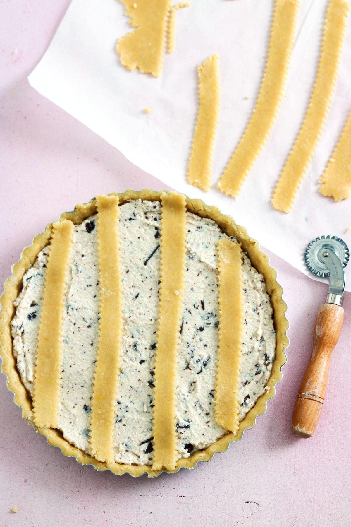 Crostata ricotta e cioccolato-in the pan-putting lattice on
