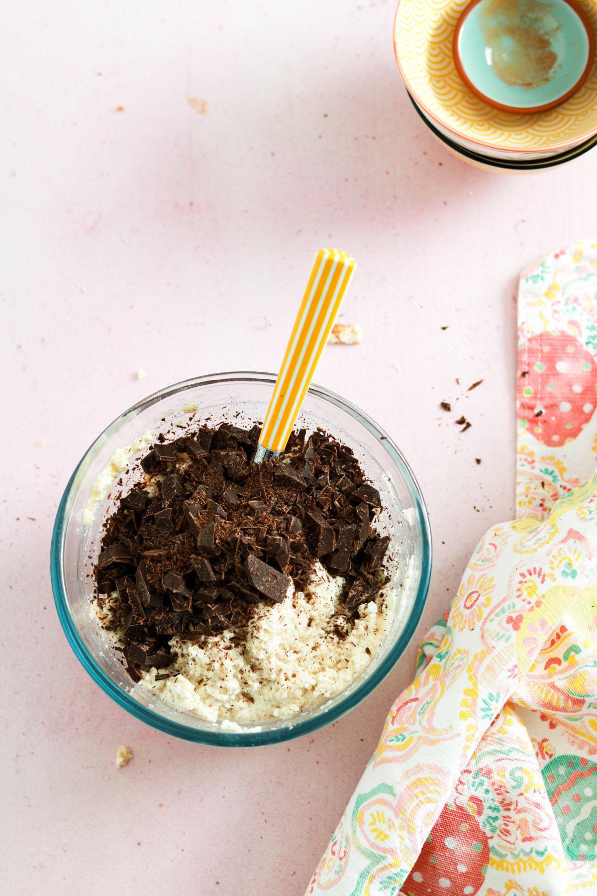 Crostata ricotta e cioccolato-mixing chocolate to ricotta in a bowl