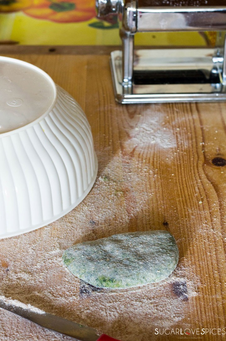 How to make Spinach Fettuccine-flattening pasta dough