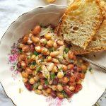fagioli in umido-closeup bowl and bread