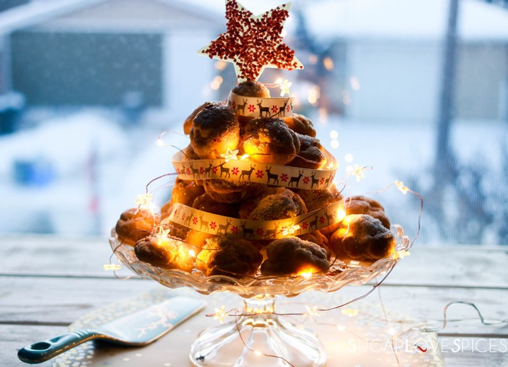 Profiterole Christmas Tree-christmas profiterole in front of a window with star on